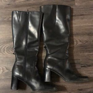 Gorgeous tall black boots. Wonderful condition.